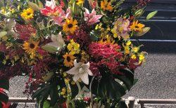 横浜市保土ヶ谷区へスタンド花を即日当日配達しました。【横浜花屋の花束・スタンド花・胡蝶蘭・バルーン・アレンジメント配達事例809】