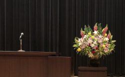 横浜市中区関内ホールへ壺花(壇上花)を配達しました。【横浜花屋の花束・スタンド花・胡蝶蘭・バルーン・アレンジメント配達事例817】