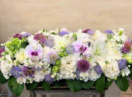 横浜市関内へ卓上花(テーブル装花)を配達しました。【横浜花屋の花束・スタンド花・胡蝶蘭・バルーン・アレンジメント配達事例822】