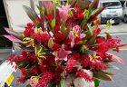 横浜市関内へ開店祝のスタンド花を配達しました。【横浜花屋の花束・スタンド花・胡蝶蘭・バルーン・アレンジメント配達事例830】