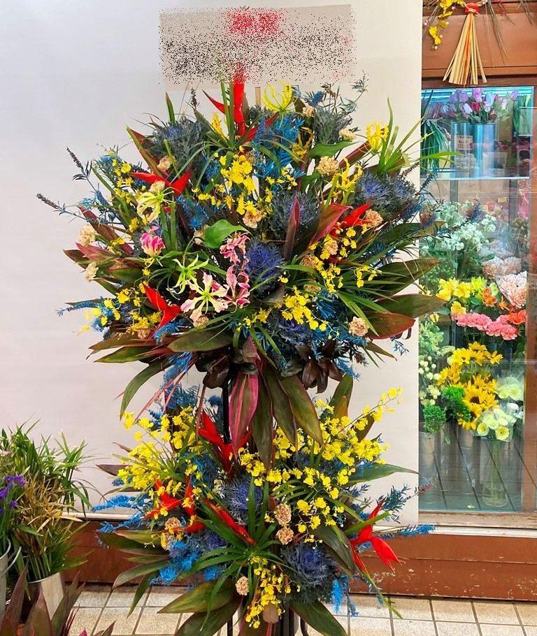 横浜ワールドポーターズへスタンド花を配達しました。【横浜花屋の花束・スタンド花・胡蝶蘭・バルーン・アレンジメント配達事例835】
