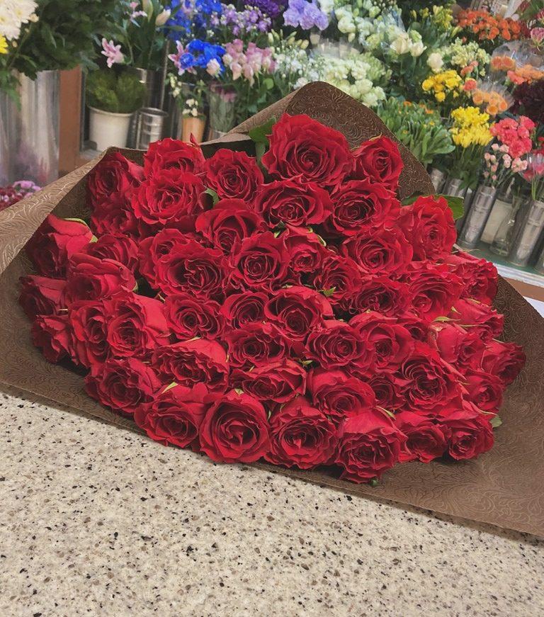 横浜市西区平沼へバラ50本の花束を配達しました。【横浜花屋の花束・スタンド花・胡蝶蘭・バルーン・アレンジメント配達事例850】