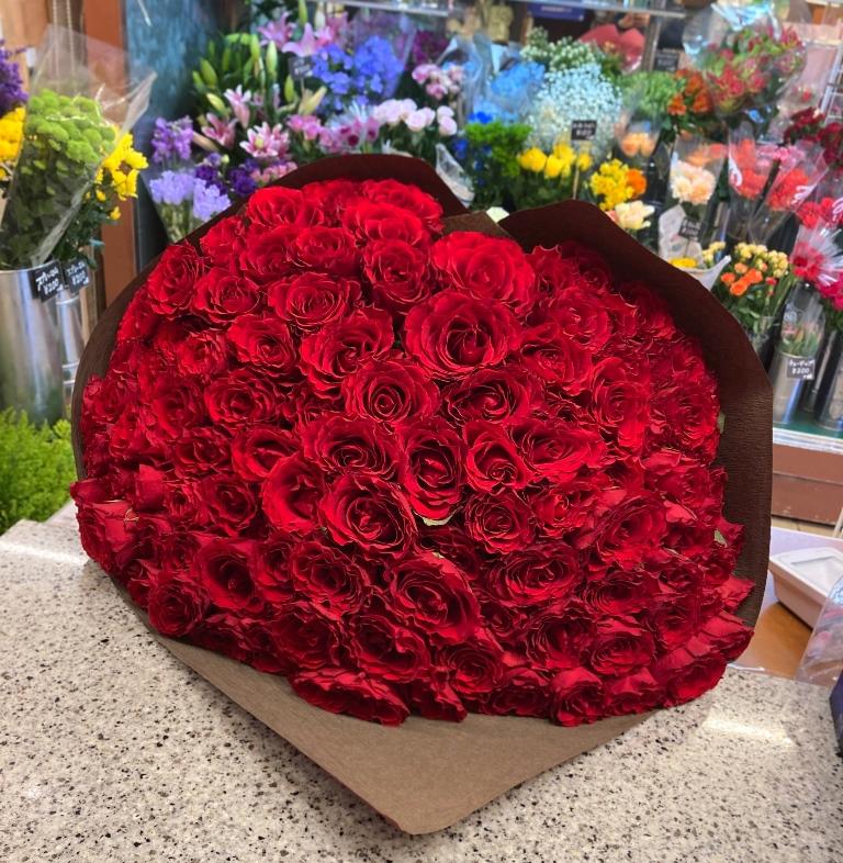 横浜市西区みなとみらいへバラの花束を配達しました。【横浜花屋の花束・スタンド花・胡蝶蘭・バルーン・アレンジメント配達事例858】