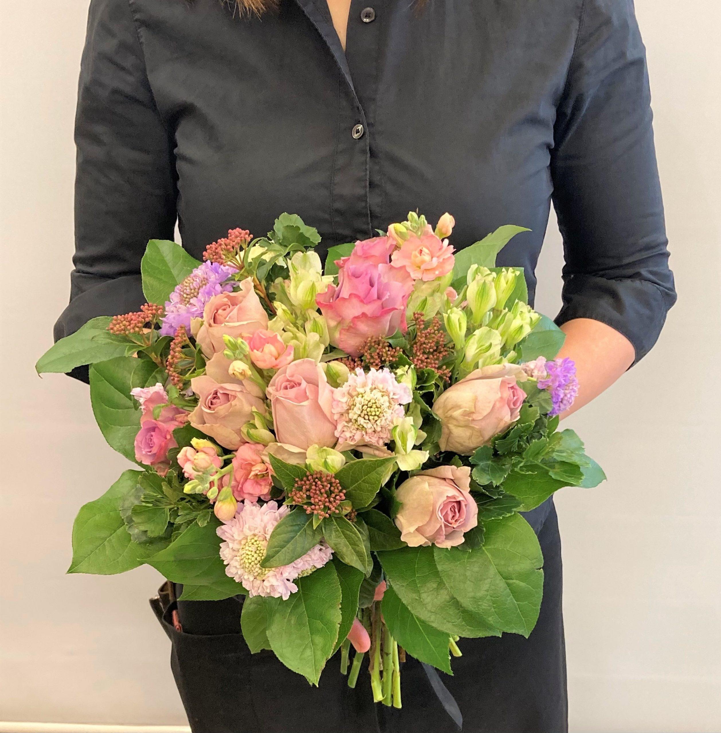 横浜市中区関内へお祝い用の花束を即日当日配達しました。【横浜花屋の花束・スタンド花・胡蝶蘭・バルーン・アレンジメント配達事例855】