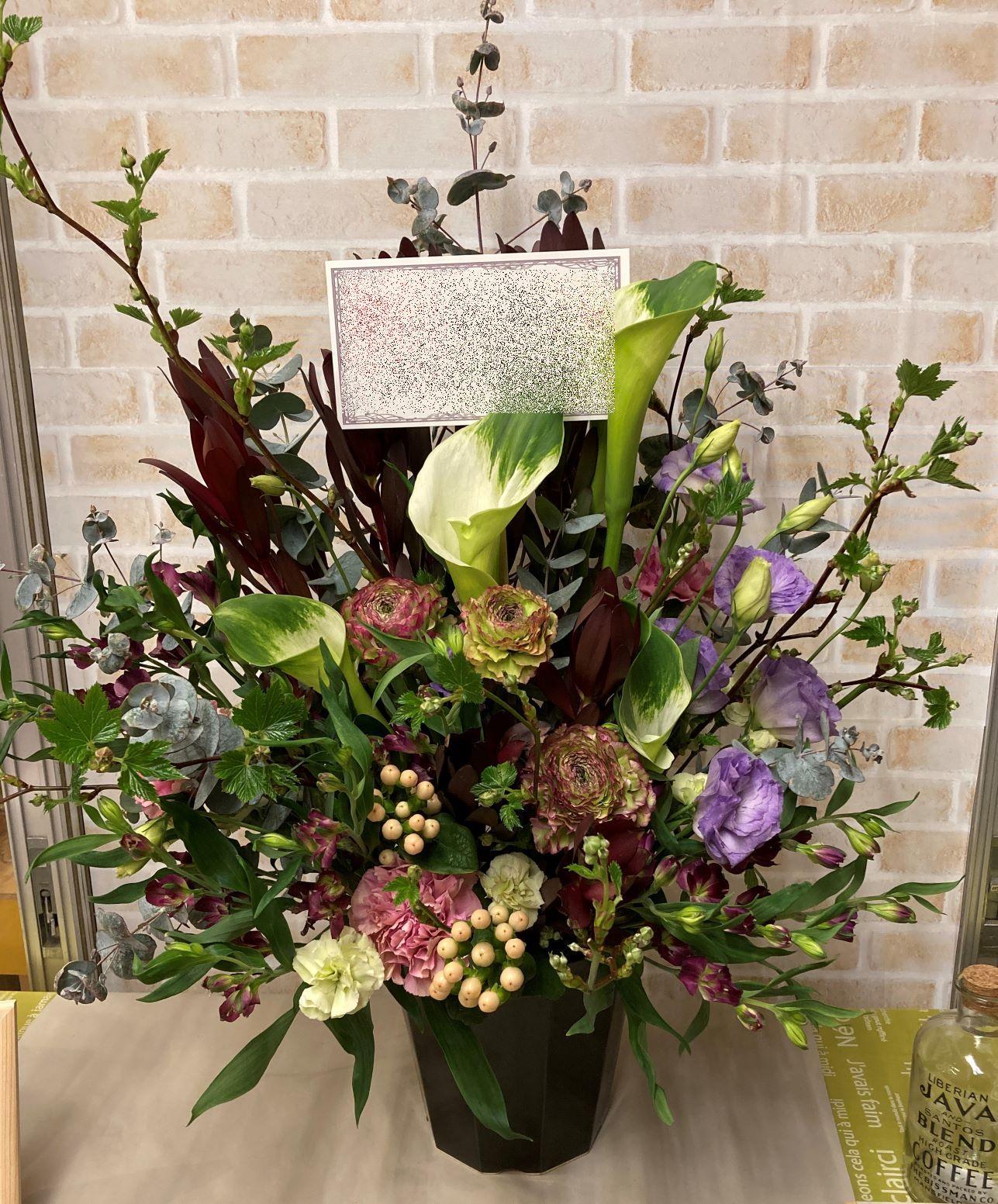 横浜関内ホールへフラワーアレンジメントを配達しました。【横浜花屋の花束・スタンド花・胡蝶蘭・バルーン・アレンジメント配達事例877】