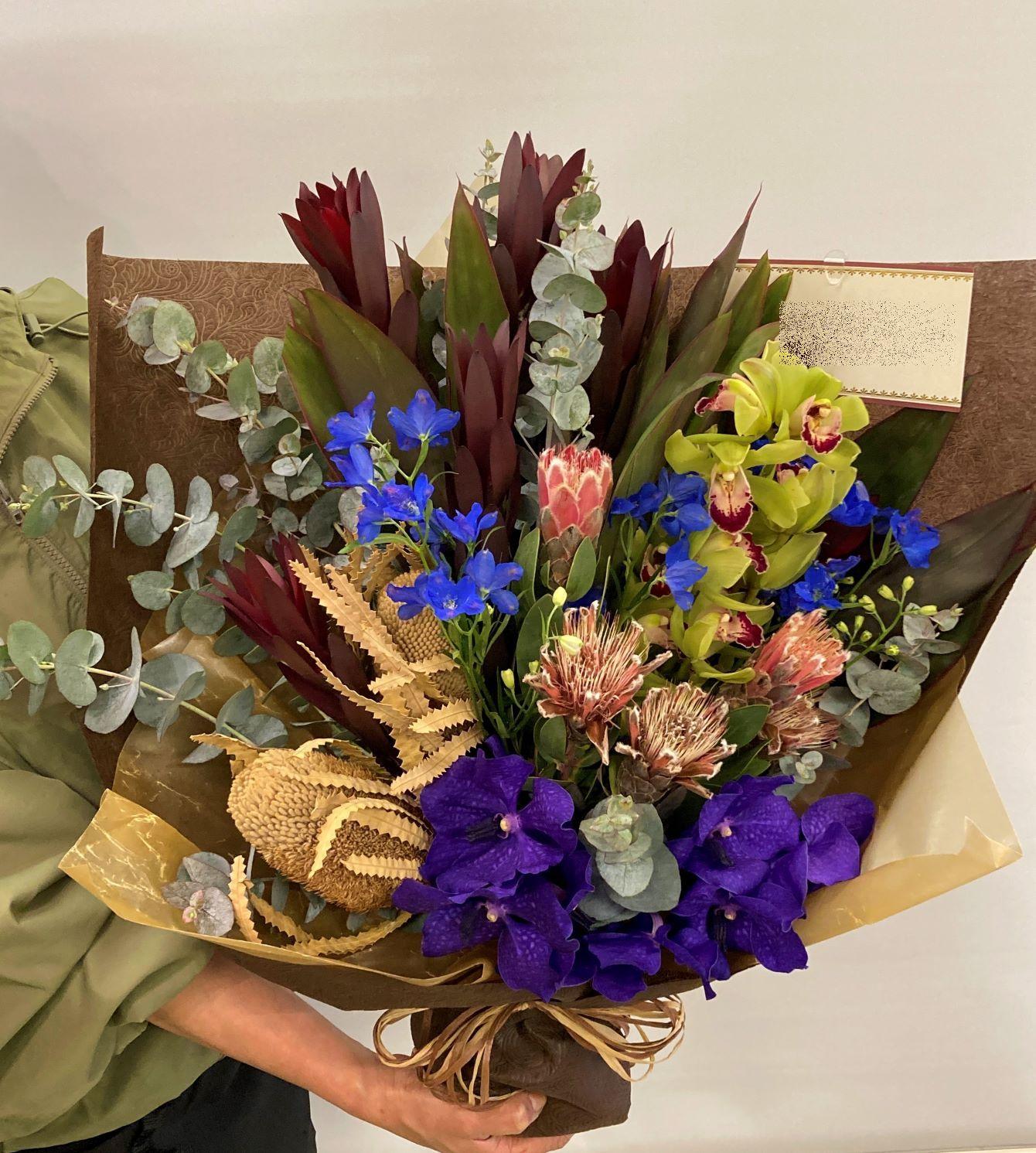 横浜ロイヤルパークホテルへ花束を配達しました。【横浜花屋の花束・スタンド花・胡蝶蘭・バルーン・アレンジメント配達事例879】