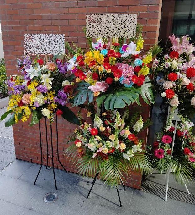横浜市北仲通へスタンド花を配達しました。【横浜花屋の花束・スタンド花・胡蝶蘭・バルーン・アレンジメント配達事例878】
