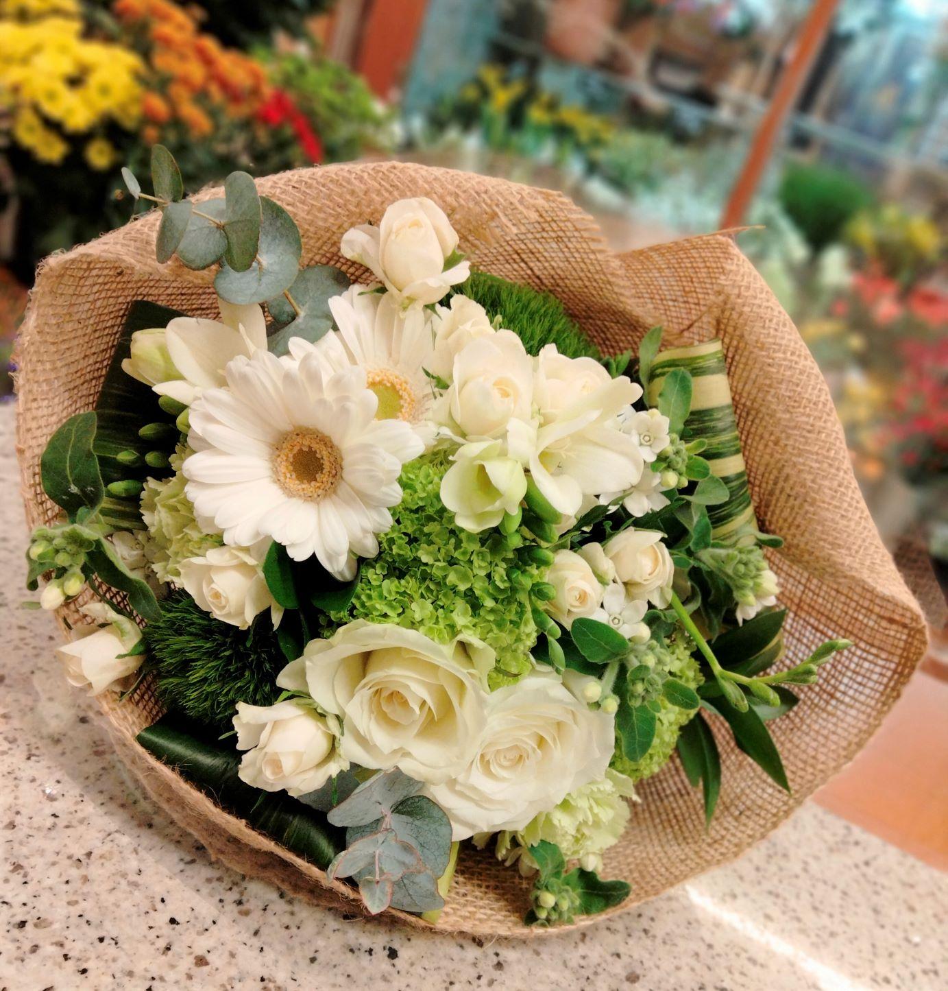 横浜関内へ花束を配達しました。【横浜花屋の花束・スタンド花・胡蝶蘭・バルーン・アレンジメント配達事例880】