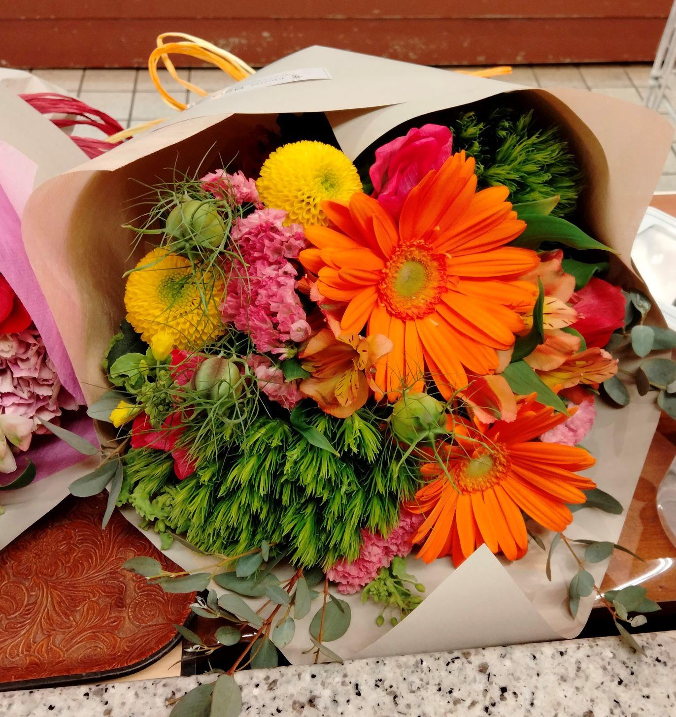 横浜市本町へ花束を配達しました。【横浜花屋の花束・スタンド花・胡蝶蘭・バルーン・アレンジメント配達事例881】