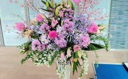 みなとみらいにある某大学様へスタンド花を配達しました。【横浜花屋の花束・スタンド花・胡蝶蘭・バルーン・アレンジメント配達事例883】