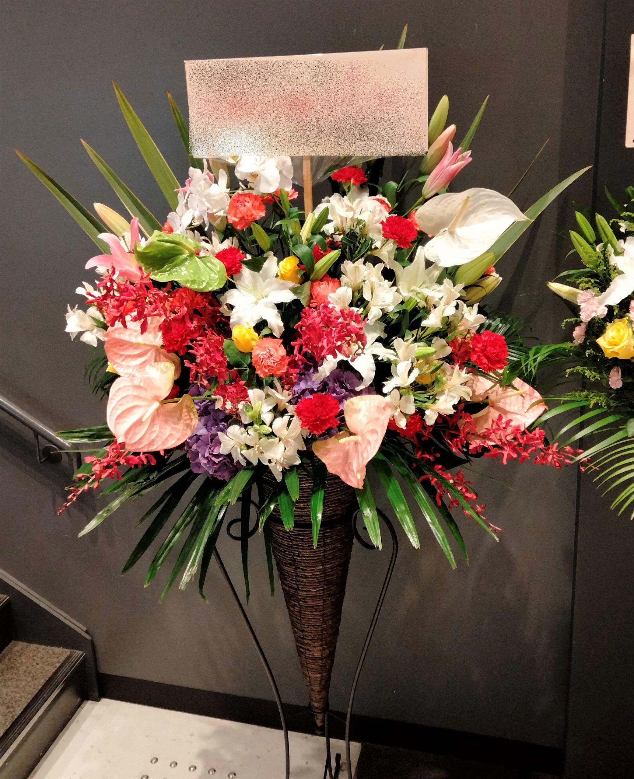 横浜市南幸にある1000CLUBへスタンド花を配達しました。【横浜花屋の花束・スタンド花・胡蝶蘭・バルーン・アレンジメント配達事例900】