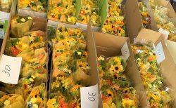 横浜大さん橋ホールへ花束を約600束配達しました。【横浜花屋の花束・スタンド花・胡蝶蘭・バルーン・アレンジメント配達事例917】