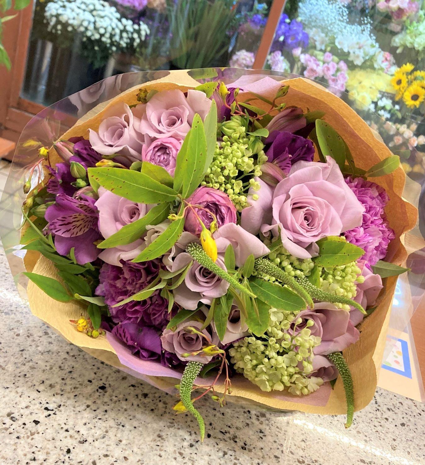 横浜市みなとみらいへ花束を即日当日配達しました。【横浜花屋の花束・スタンド花・胡蝶蘭・バルーン・アレンジメント配達事例916】