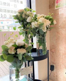横浜市中区の歯医者さんへ受付装花を配達しました。【横浜花屋の花束・スタンド花・胡蝶蘭・バルーン・アレンジメント配達事例924】