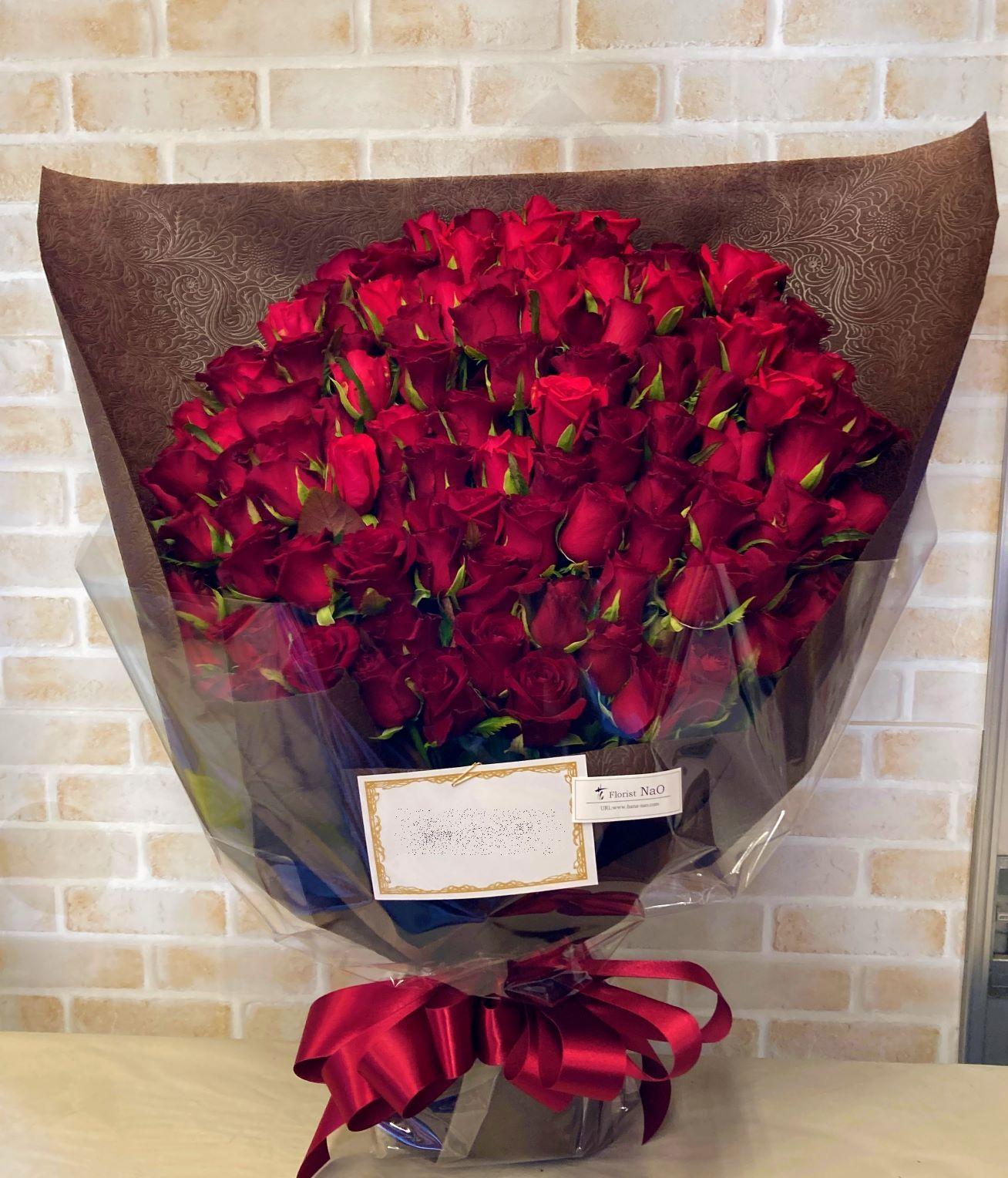 横浜ロイヤルパークホテルへバラの花束を配達しました。【横浜花屋の花束・スタンド花・胡蝶蘭・バルーン・アレンジメント配達事例936】