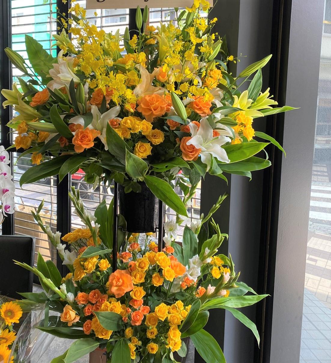 横浜市中区吉田町へスタンド花を配達しました。【横浜花屋の花束・スタンド花・胡蝶蘭・バルーン・アレンジメント配達事例945】