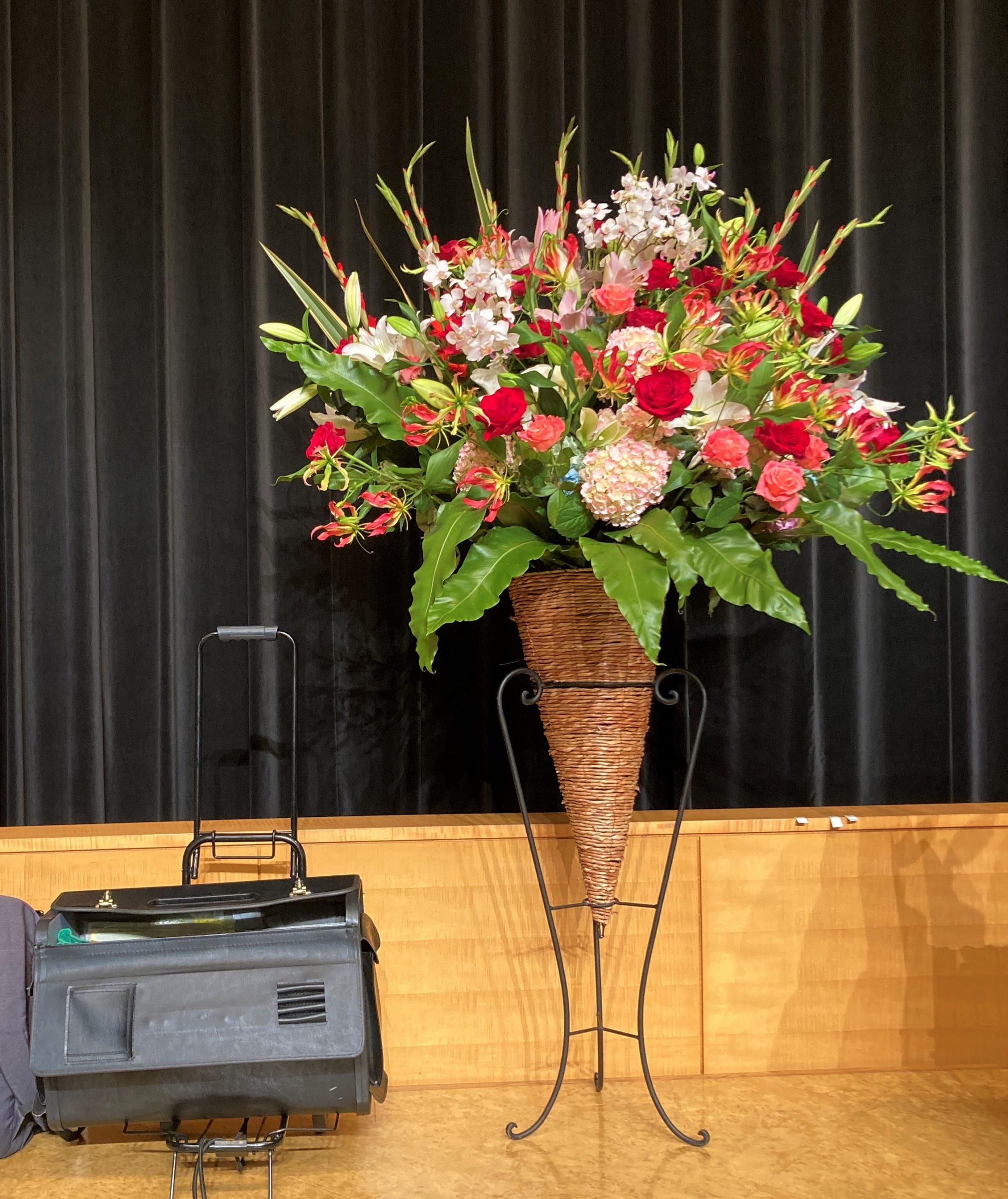 川崎市国際交流センターへスタンド花を配達しました。【横浜花屋の花束・スタンド花・胡蝶蘭・バルーン・アレンジメント配達事例940】