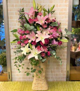 ライブハウス新横浜LiTへフラワーアレンジメントを配達しました。【横浜花屋の花束・スタンド花・胡蝶蘭・バルーン・アレンジメント配達事例950】