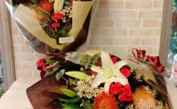 横浜市中区の結婚式場へ両親贈呈花束を配達しました。【横浜花屋の花束・スタンド花・胡蝶蘭・バルーン・アレンジメント配達事例965】
