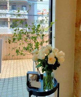 横浜市中区柏葉へ受付花を配達しました。【横浜花屋の花束・スタンド花・胡蝶蘭・バルーン・アレンジメント配達事例957】
