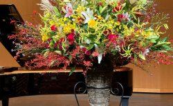 横浜市杉田劇場へスタンド花を配達しました。【横浜花屋の花束・スタンド花・胡蝶蘭・バルーン・アレンジメント配達事例966】