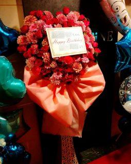 横浜市関内へハート型のスタンド花を配達しました。【横浜花屋の花束・スタンド花・胡蝶蘭・バルーン・アレンジメント配達事例974】
